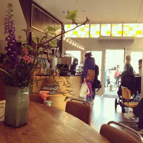 mogador-interieur-aan-de-koffietafel