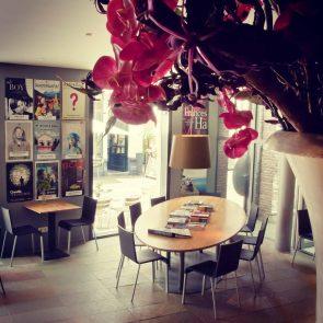 toneelschuur-cafe-leestafel-en-filmposters